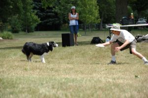 frisbee expert entertains kids